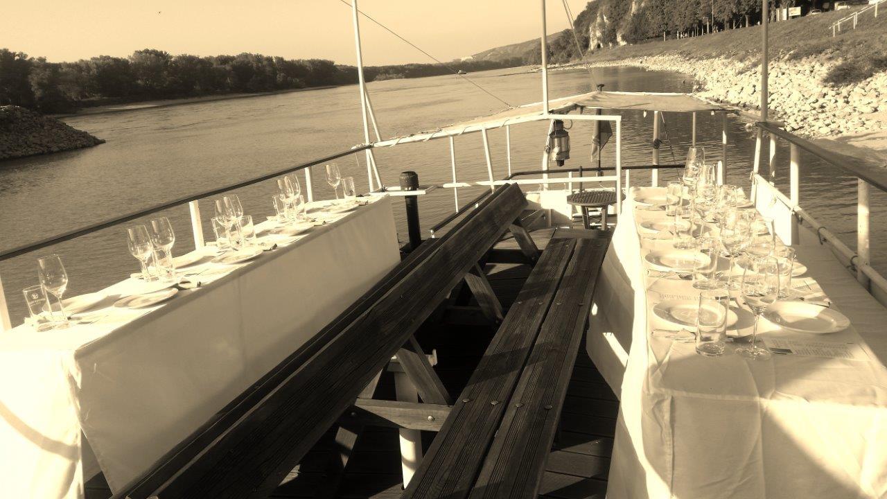 Firmenfeier am Schiff - Sonnendeck mit gedecktem Tisch