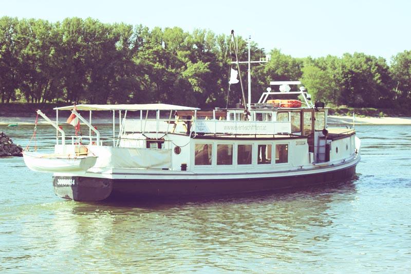 Passagiere verlassen das Event Schiff Carnuntum